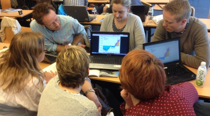 Lærer studerer grafer på nettside